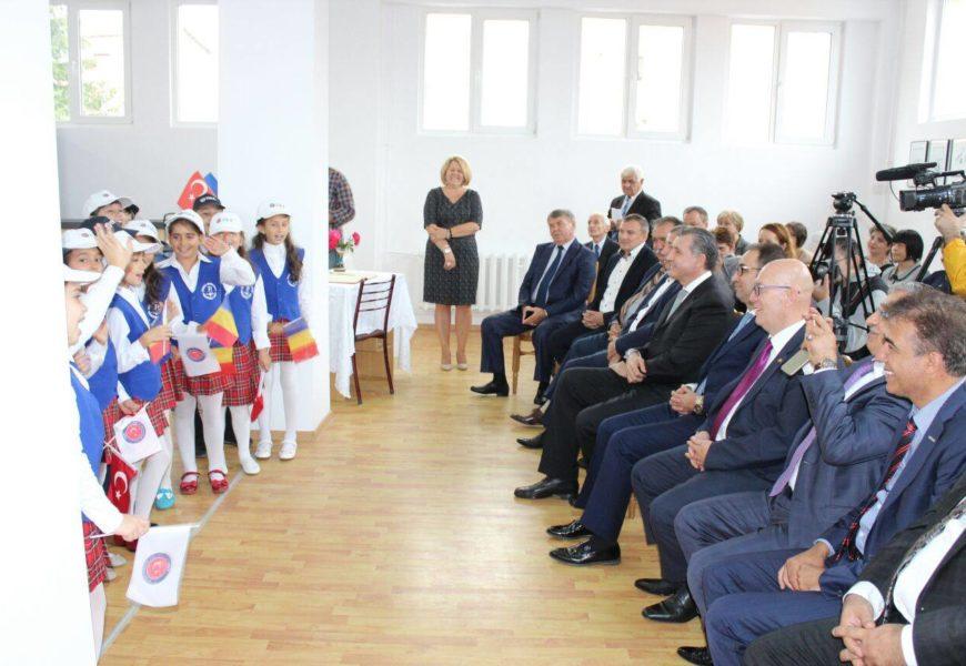 TIKA si Casa Regală a României au dotat cu echipamente informatice o școală din Adjud