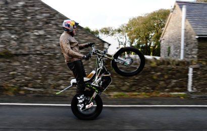 Lampkin devine primul om care parcurge traseul Isle of Man TT pe o roata