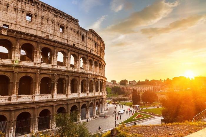 Paravion: Românii plătesc 200 euro de persoană pentru un weekend în Roma