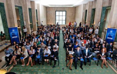 Tinerii români vor un salariu de început de 2.200 de lei