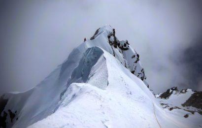 Doi alpinisti romani, premiera mondiala pe un varf tehnic din Himalaya