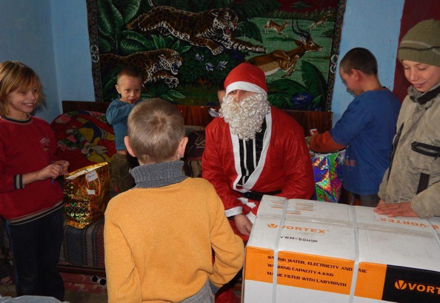 Cadouri de Crăciun pentru 400 de copii din Iasi si Botosani