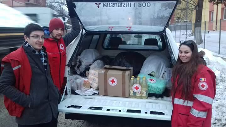Voluntarii Crucii Roșii Iași, alături de oamenii afectați de ger