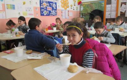 """Programul """"Pâine și Mâine"""": Lidl România donează 150.000 de euro pentru 50 000 de mese calde și after-school"""