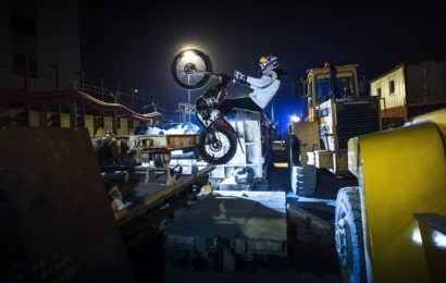Premiera: Un motociclist francez a facut acrobatii pe Magistrala 4 in constructie