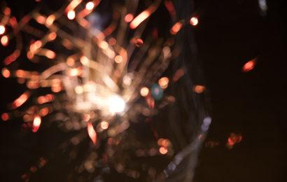 Aproape jumătate dintre români sărbătoresc Revelionul acasă