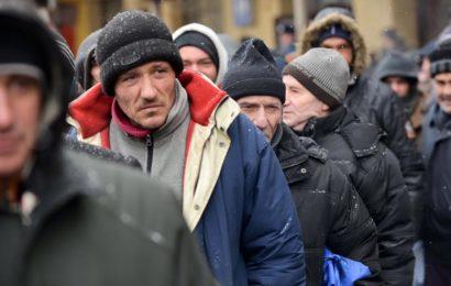 PMB: Peste 100 de persoane nevoiase au primit mancare calda si imbracaminte