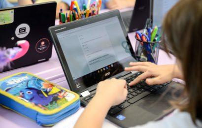 Peste 40 de profesori oferă lecții gratuite pentru copiii cadrelor medicale